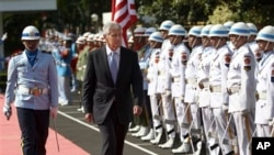 美国国防部长哈格尔2013年8月26日在雅加达和印度尼西亚国防部长进行会谈之前检阅印度尼西亚仪仗队。