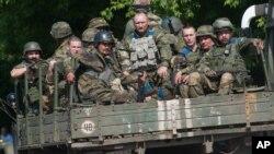Binh sĩ Ukraine đang di chuyển trên một chiếc xe quân sự ở Mariinka, khu vực Donetsk, ngày 4/6/2015.