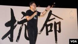"""戴耀廷在8/31佔中""""公民發聲""""抗命集會上 (美國之音圖片/海彥拍攝)"""
