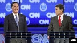 Cựu Thống đốc bang Massachusetts Mitt Romney (trái) và Thống đốc bang Texas Rick Perry trong cuộc tranh luận của đảng Cộng hòa tại Las Vegas, Nevada, 18/10/2011