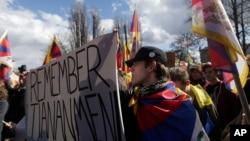 2016年3月29日,活動人士在捷克共和國首都布拉格揮舞旗幟與自由西藏的旗子參加抗議中國國家主席習近平訪問布拉格的集會(美國之音白樺攝)