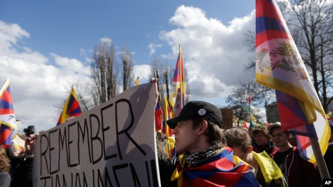 活动人士在捷克首都布拉格挥舞自由西藏的旗子参加抗议中国国家主席习近平访问布拉格的集会。 (2016年3月29日)