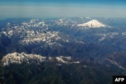 Pegunungan Kaukasus di Rusia dengan Gunung Elbrus (5642 m) di latar belakang, 9 Oktober 2020. (AFP)