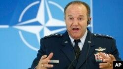 Tư lệnh Quân đội Liên minh Tối cao của NATO ở châu Âu, Đại tướng Hoa Kỳ Philip M. Breedlove nói chuyện tại một cuộc họp báo