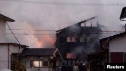 5일 일본 자위대 '아파치' 공격헬기가 추락한 사가현 간자키의 주택가에서 불길이 솟아오르고 있다.