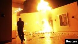 Consulado americano de Benghazio em chamas depois do ataque de manifestantes salafistas que vitimou Christopher Stevens