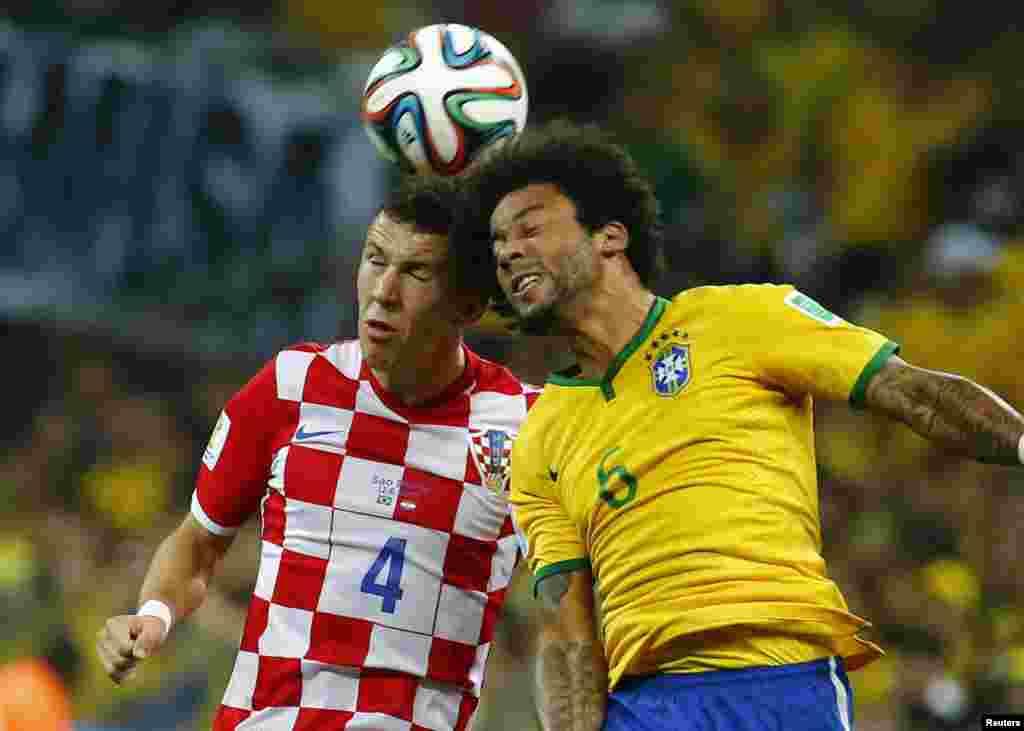 کروشیا کے آوین پریسیک اور برازیل کے مارسیلو گیند کے تعاقب میں ایک دوسرے کے مدّمقابل