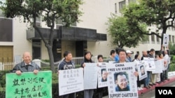 Para pendukung pemenang Nobel Perdamaian Liu Xiaobo melakukan aksi protes di Los Angeles hari Senin.