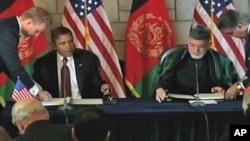 Presiden Afghanistan Hamid Karzai dalam sebuah pertemuan dengan Presiden AS Barack Obama. (Foto: Dok)