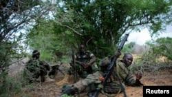 Pasukan Uni Afrika berlindung dalam baku tembak dengan kelompok militan al-Shabab di Deyniile, Somalia (22/5).