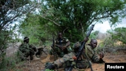 Pasukan Uni Afrika saat bertempur dengan militan al-Shabab di pinggiran ibukota Mogadishu (22/5).
