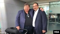 Jaime Arellano y Aníbal Toruño, a su llegada a Managua, Nicaragua, tras casi un año de exilio. Foto: Donaldo Hernández, VOA. Agosto 29 de 2019.