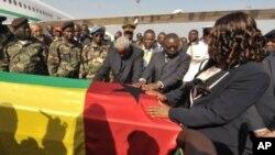 几内亚比绍临时总统佩雷拉(中)用双手按着已故总统萨尼亚的灵柩