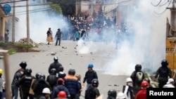 玻利维亚总统莫拉莱斯宣布辞职后,在首都拉巴斯的一次抗议期间,莫拉莱斯的支持者与反对派发生冲突。(2019年11月11日)