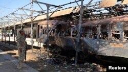 8일 파키스탄 시미 마을 철도역에서 폭탄 테러 공격이 가해진 열차가 심하게 파손됐다.