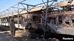Binh sĩ bán quân sự đứng tại hiện trường vụ nổ bom tại thị trấn Sibi, Pakistan, ngày 8/4/2014.