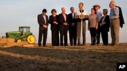 Presiden Obama (tengah) didampingi para pejabat daerah dan para pengelola lahan pertanian Del Bosque, Inc., memberikan sambutan seusai meninjau lahan pertanian di Los Banos, California yang terkena dampak musim kering yang parah (14/2).
