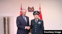 新加坡防长黄永宏与中国防长魏凤和2018年10月18日会面(黄永宏推特照片)