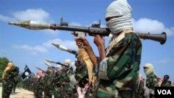 Um membro da al-Shabab no treino de lança-granadas