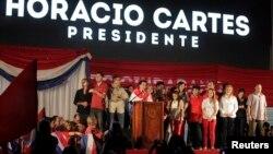 Horacio Cartes, kandidat capres partai Colorado merayakan kemenangannya bersama para pendukungnya di Asuncion (21/4).