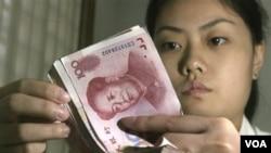 Beijing mendapat tekanan internasional untuk lebih melonggarkan nilai mata uang Yuan.