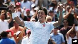 Kei Nishikori dari Jepang setelah mengalahkan Novak Djokovic dari Serbia dalam semifinal AS Terbuka 2014 (6/9). (AP/Mike Groll)