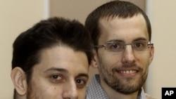 9月21号美国徒步旅行者鲍尔(右)和法塔尔(左)即将从德黑兰机场离开伊朗
