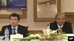 ڈاکٹر اشفاق حسن خان (دائیں جانب) ایک بین الاقوامی کانفرنس میں