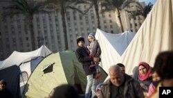 2月9日开罗解放广场上示威者在帐篷旁