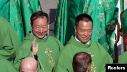 양 샤오팅 중국 주교와 궈 조셉 중국 주교가 3일 바티칸 성베드로 광장에서 열린 시노드 정기총회에 참석하고 있다.