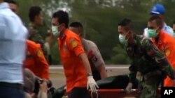 Tim SAR mengangkut mayat korban kecelakaan AirAsia dari Laut Jawa Selasa (6/1).