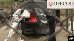 Un oficial peruano lanza una bolsa de droga a un incinerador en una base de la policía, en Lima, Perú. A pesar de los esfuerzos del gobierno peruano, este país se ha convertido en el mayor productor de cocaína.