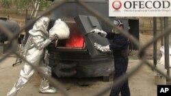 Cảnh sát ném một túi cần sa vào lò đốt rác tại 1 sở cảnh sát ở Lima, Peru, 22/9/2011