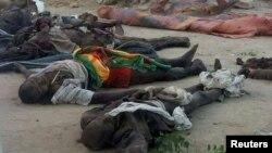 나이지리아 북동부 보르노주 감보르 마을의 이슬람 사원에서 3일 자살폭탄 테러가 발생해 10여 명이 사망했다. 테러로 사망한 희생자들의 시신이 사원 앞에 놓여있다.