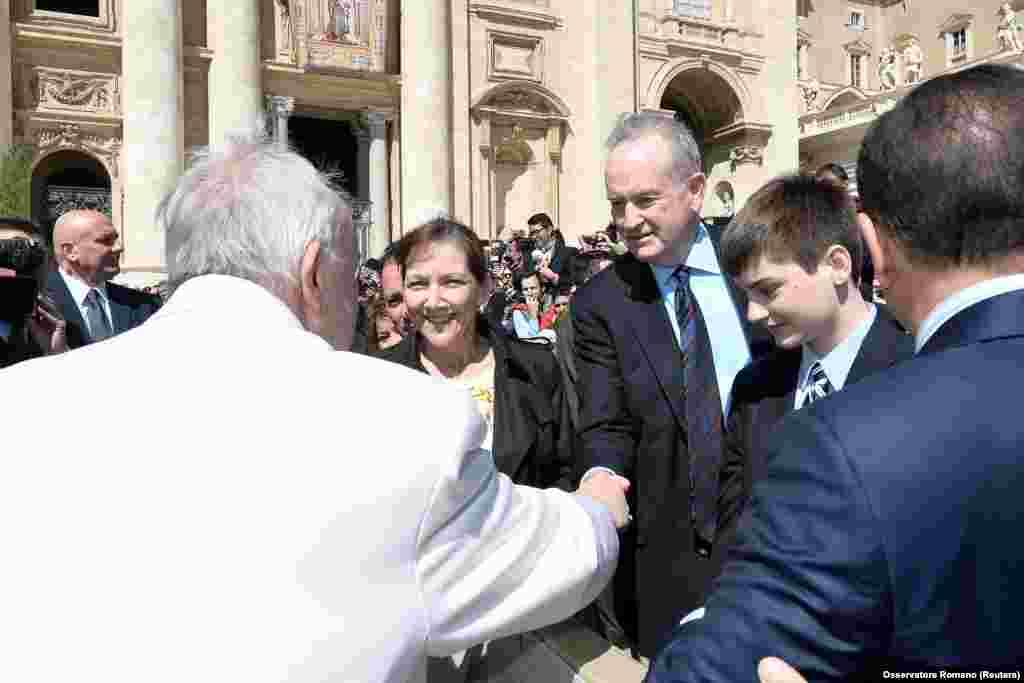 2017年4月19日,在罗马天主教教宗方济各在梵蒂冈圣彼得广场接见群众活动中,教宗与奥莱利握手。奥莱利表示,他之所以用出钱和解的方式结案,是为了不让争议影响到他的孩子。《奥莱利因素》(The O'Reilly Factor)是福克斯新闻台收视率最高的节目,根据尼尔森收视率数据,这档节目在今年第一季度创下该节目收视率历史新高,平均有400万观众。