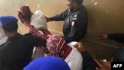 Пакистанская полиция сопровождает арестованных