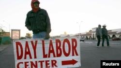 Organizaciones para la protección de los derechos humanos intentan ayudar a los jornaleros de Arizona con centros de trabajo, en donde contratistas pueden llegar y emplear a cualquier persona.