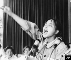 1966年8月10日,一名姓周的女红卫兵对天安门广场上的红卫兵演讲
