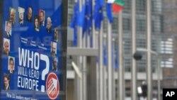 Poster ispred sedišta Evropske komisije poziva nove evropske lidere da izvedu EU iz faze štednje i investiraju u ekonomski rast i kvalitetna radna mesta.