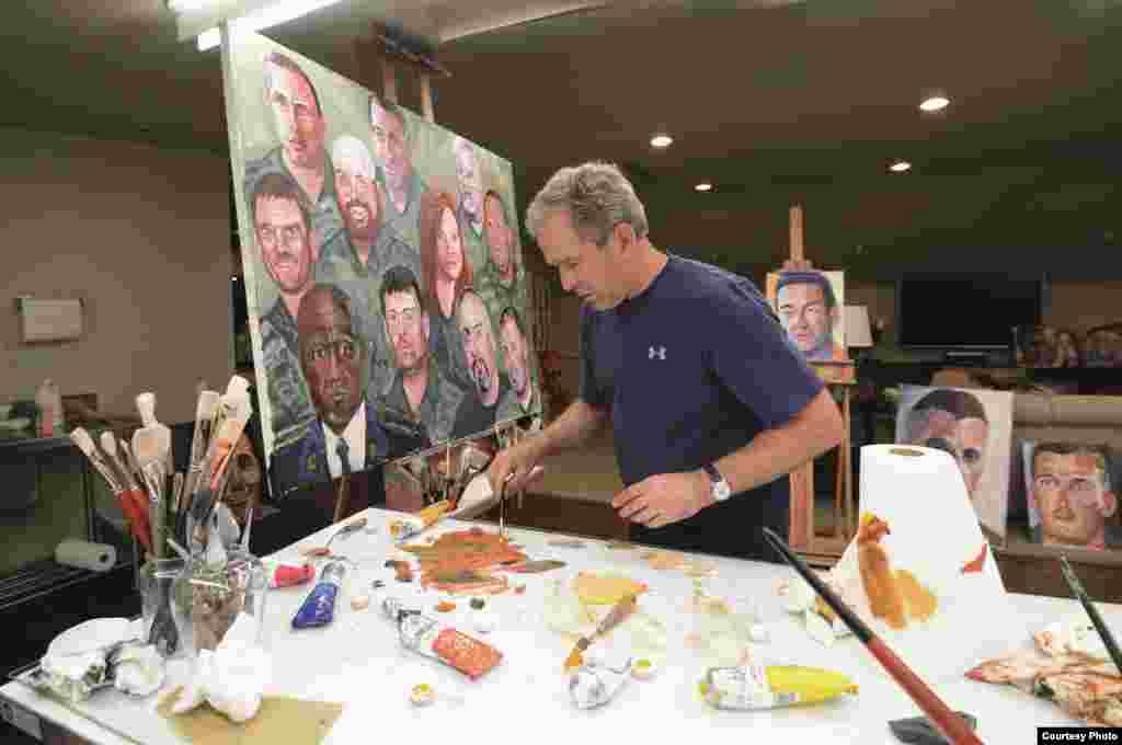 美国前总统小布什画画。最近他出版了他的新书画册《勇气肖像:一位总司令向美国军人致敬》,所以小布什再次出现在新闻里。今年以来,他还参加了川普总统就职典礼,不久前也对川普的言论和政策发表评论。本图集汇集关于他及其家人和绘画作品的照片。