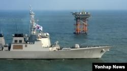 한국 해군 이지스함인 율곡이이함이 지난 2일 오전 한국의 종합해양과학기지가 있는 이어도 해역에서 경계작전을 수행하고 있다.