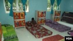 Seorang ADHA sedang merapikan tempat tidurnya di rumah shelter ADHA yang baru diresmikan pemerintah Rabu 6/12 (Foto: VOA/Yudha).