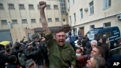 Um militante pró-russo festeja a sua libertação da esquadra de polícia de Odessa, a 4 de Maio 2014