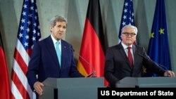 美国国务卿克里与德国外交部长施泰因迈尔在柏林举行新闻发布会