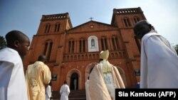 Dieudonné Nzapalainga, évêque de Bangui (C), arrive à la cathédrale de Bangui, le 1er janvier 2013.