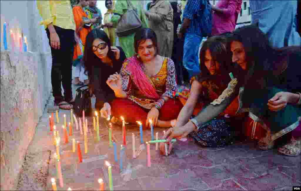 پشاور میں ہلاک ہونے والے علیشہ کی یاد میں کراچی کے خواجہ سراؤں نے اظہار یکجہتی کے طور پر شمعیں روشن کیں