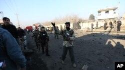 Lực lượng an ninh Afghanistan tại hiện trường vụ đánh bom tự sát ở Kabul ngày 28/12/2015.