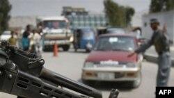 Avganistanski policajac pretresa automobil na kontrolnom punktu u Džalalabadu.