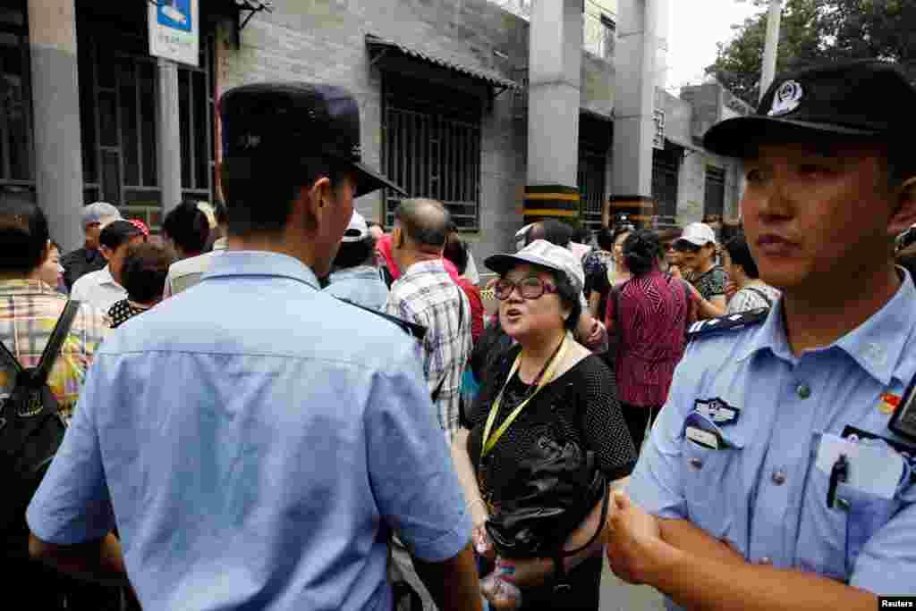 2018年8月27日,P2P投资计划的受害人在北京东城区公安分局前面请愿。