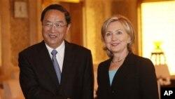 中共上海市委书记俞正声(左)2010年5月22日在上海与美国国务卿克林顿握手